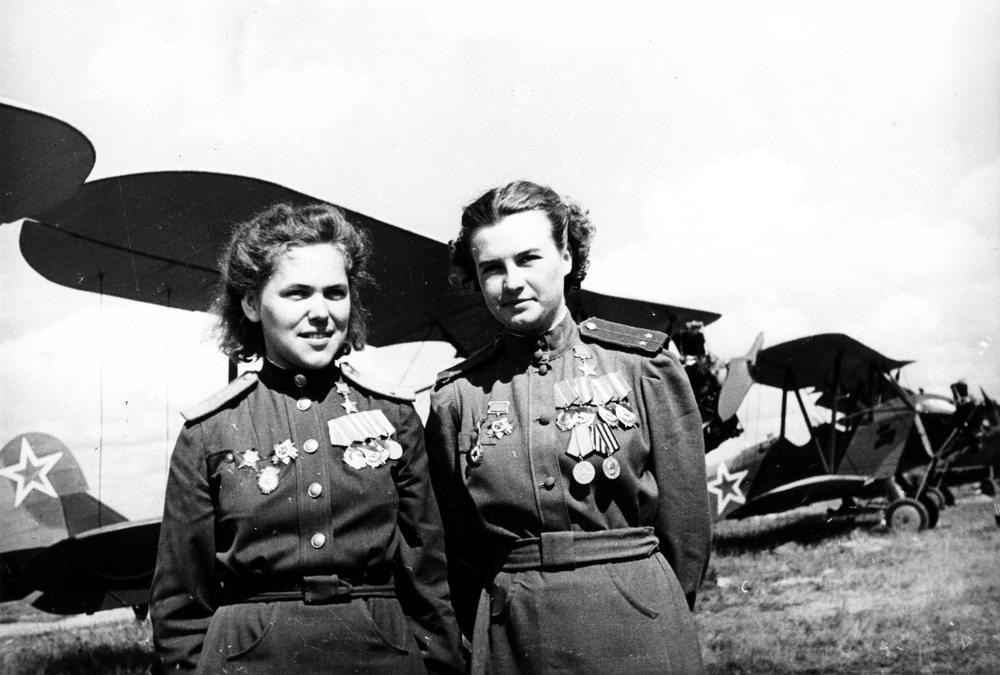 Летчицы 46-го гвардейского ночного бомбардировочного авиационного полка (1945 год)