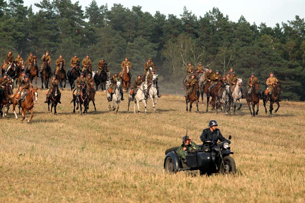 Немецкие мотоциклисты и польские кавалеристы в окрестностях Варшавы в момент подготовки к розыгрышу очередной сцены в ходе событий начала Второй мировой войны