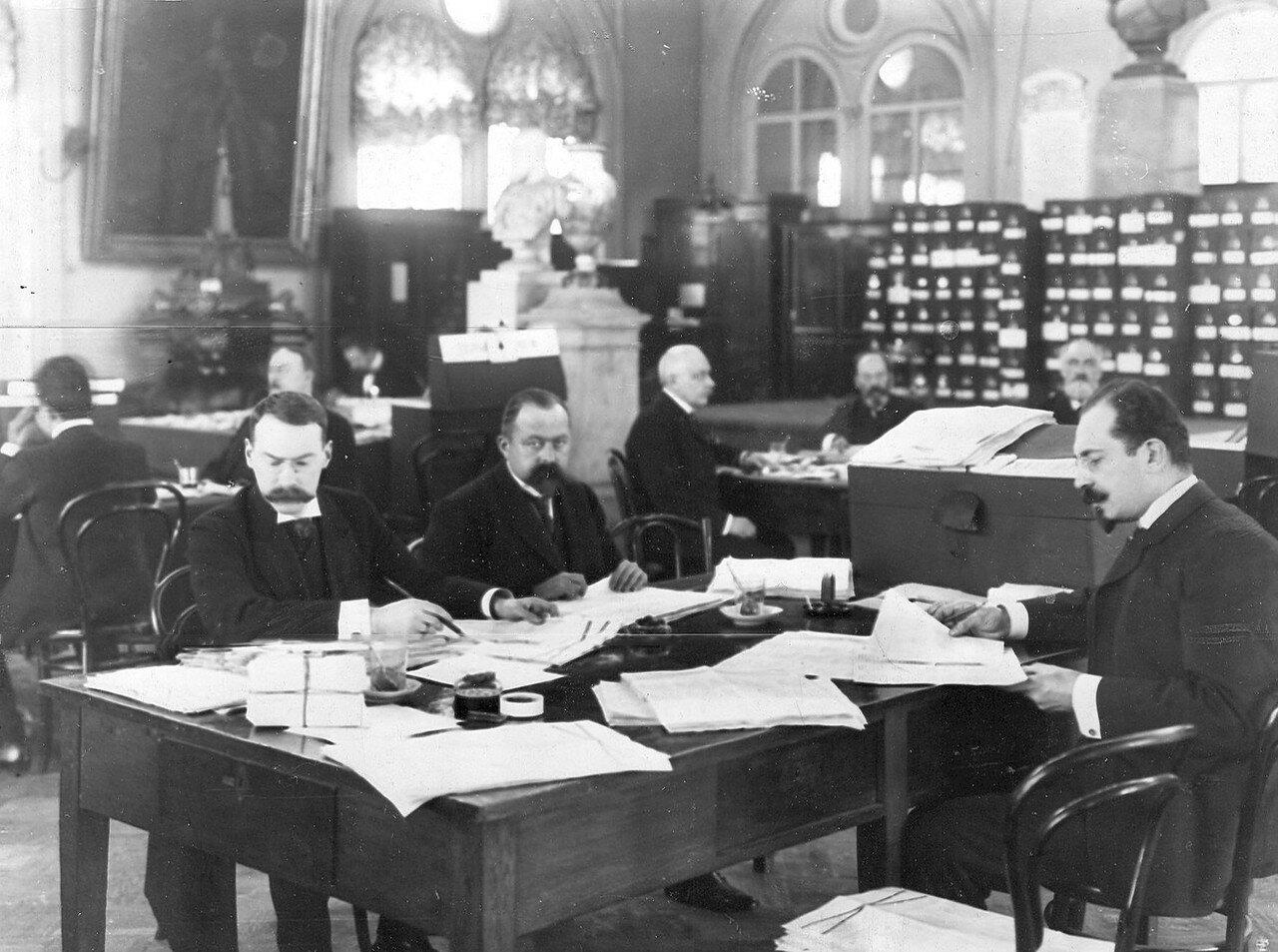 1906. Проверка списков избирателей в Первую Государственную думу в зале Городской думы