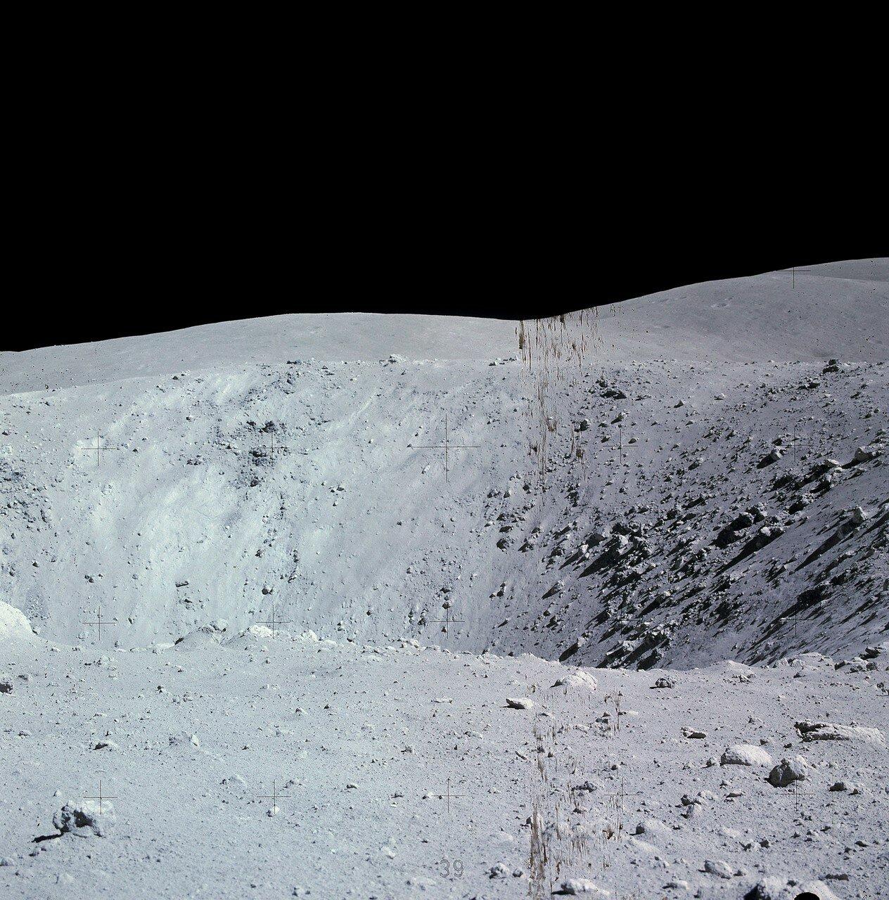 Кратер диаметром около 1 км и глубиной 230 м имел внутренние стенки крутизной 30—35°, и астронавты, даже стоя на самом краю, не видели его дна. На снимке: Кратер Северный Луч, снятый Янгом со Station 11