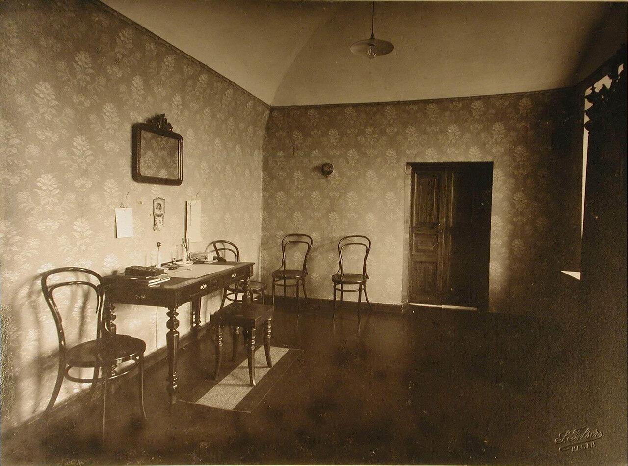 07. Вид части комнаты для врачей и осмотра больных