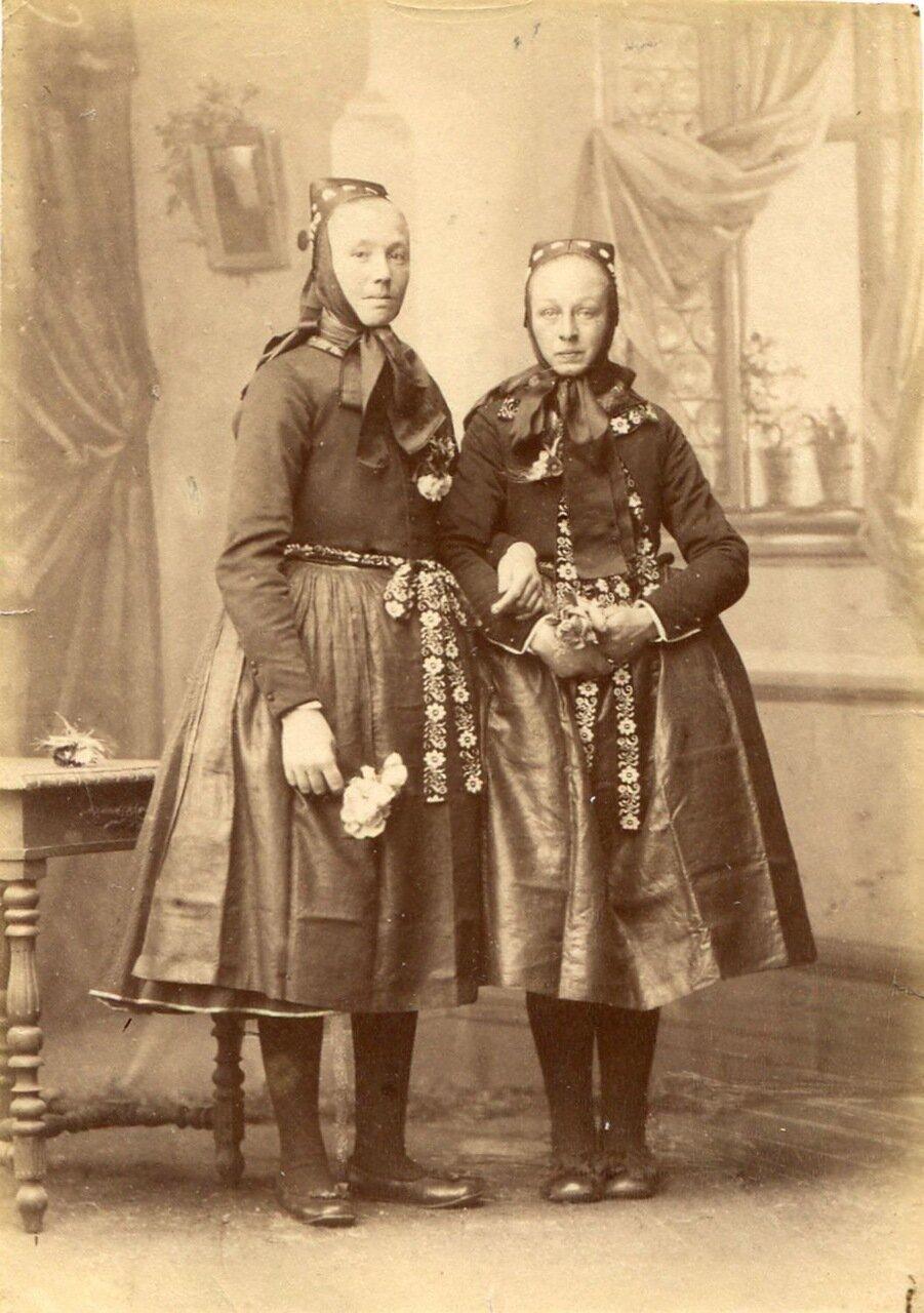 Женщины в праздничной одежде