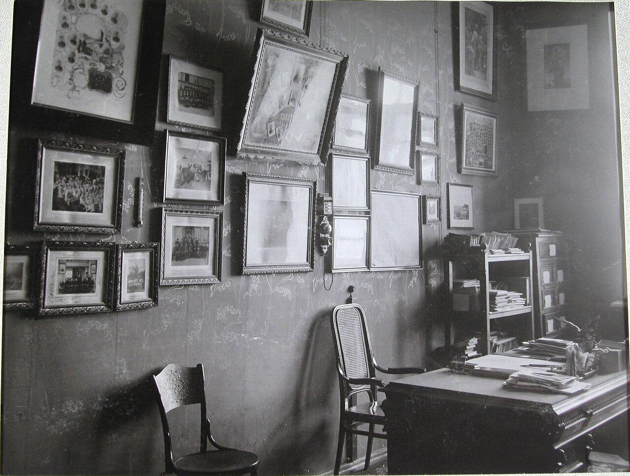 09. Рабочий стол в кабинете директора