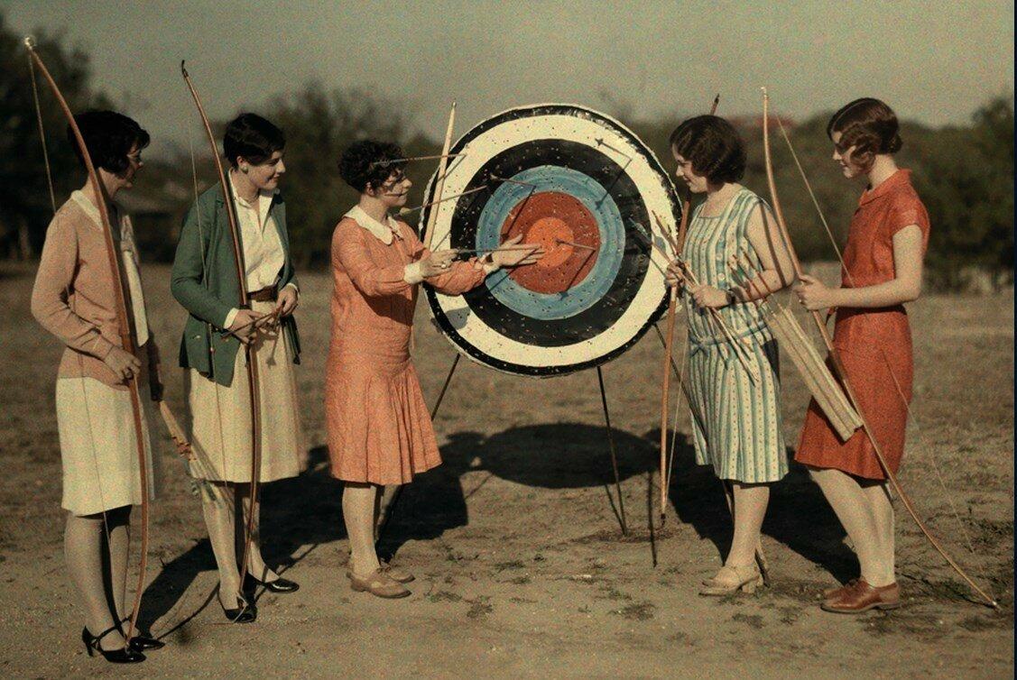1928. США. Женщины посещают класс стрельбы из лука в университете Техаса