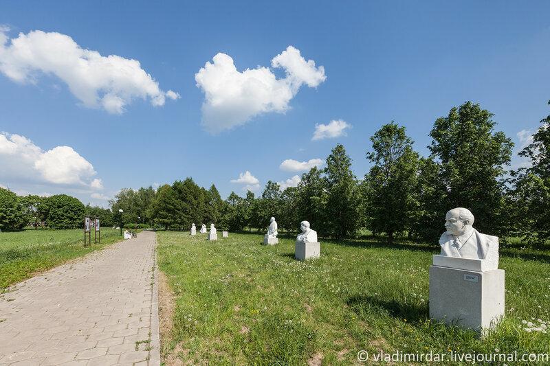 Изваяния Ленина в парке-музее в Горках
