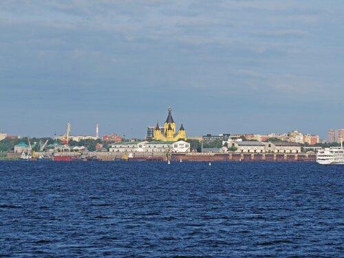Храм св.Александру Невскому на стрелке виден издалека