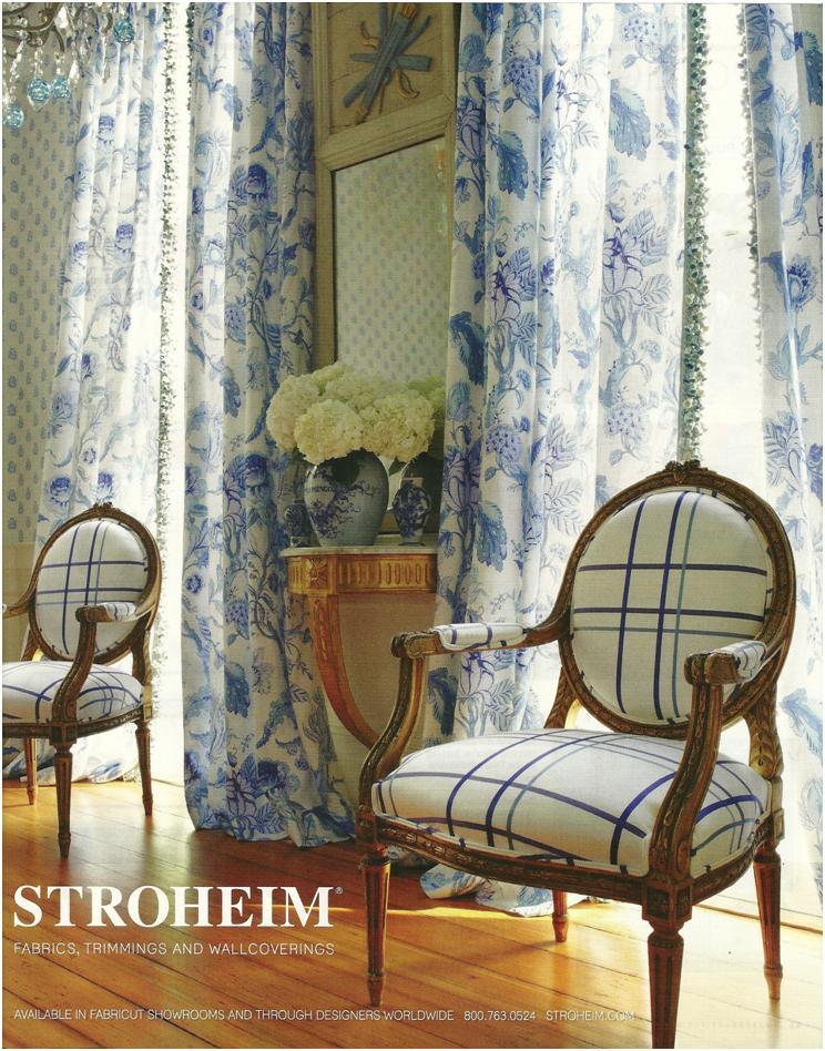 шторы в голубых тонах с набивным рисунком, классический стиль интерьера