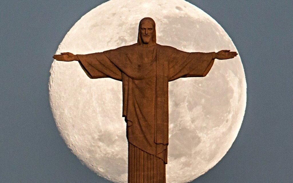 Статуя Христа на фоне полной Луны, 12 июля 2014 года в Рио-де-Жанейро.jpg
