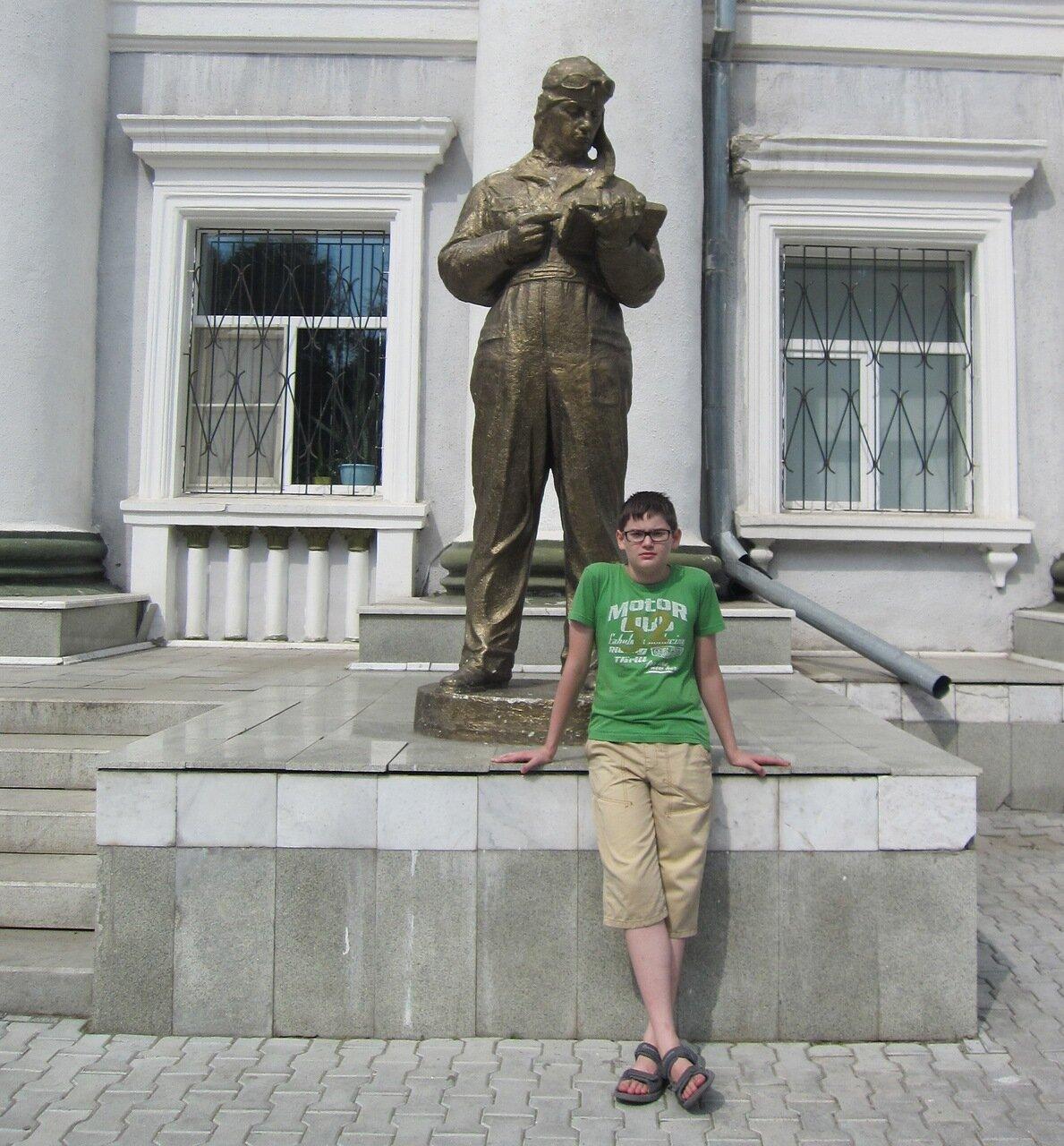 Статуя штурмана у главного входа в учебный корпус училища штурманов (15.08.2014)