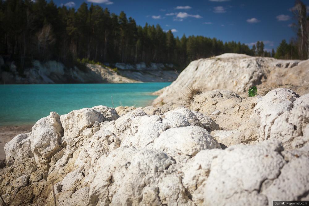 Белая глина (каолин) на берегах карьера (10.10.2014)