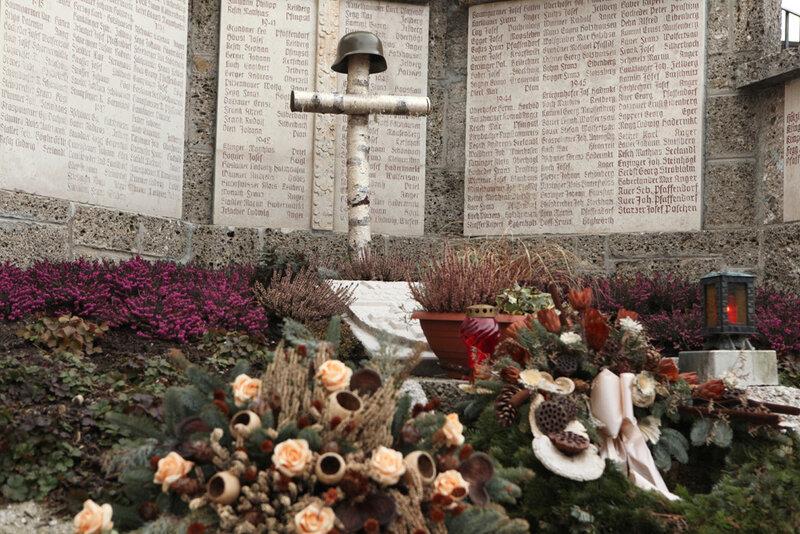 Мемориал павшим немецким солдатам перед приходской церковью городка Ангер в Баварии