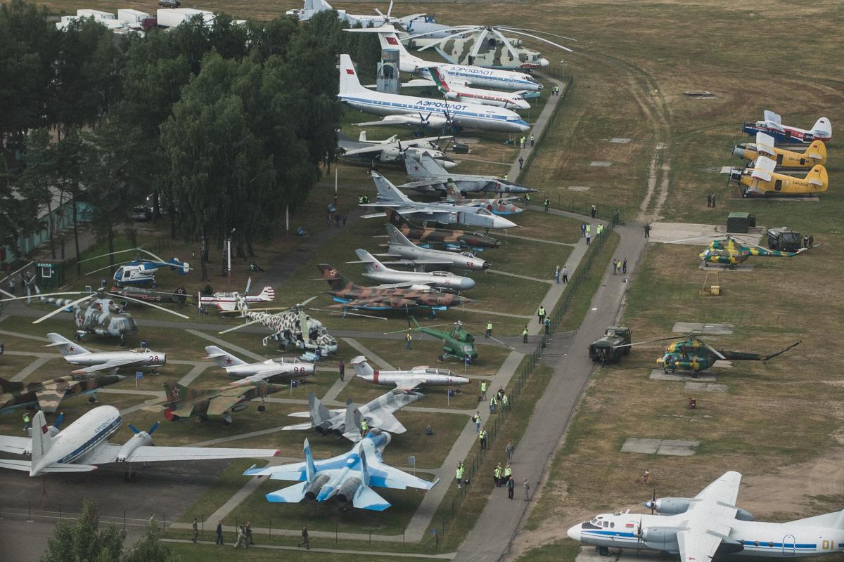 Вот так выглядит музей авиации с борта вертолета Ми-2 — примыкает к летному полю аэроклуба.