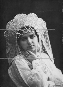 Надежда Николаевна Музиль-Бороздина (анфас) - артистка малого театра А.С. Суворина в костюме боярыни.