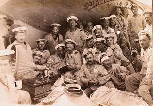 Матросы на палубе линейного корабля Севастополь слушают патефон.