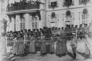 Император Николай II  и великая княжна Ольга Николаевна раздают награды конвойцам на плацу перед   Екатерининским  дворцом  в день  празднования 100-летнего юбилея конвоя.