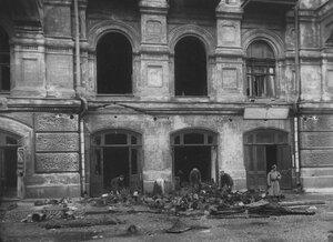 Разбор посылок солдатам и военно-полевой почты после пожара в здании театра.