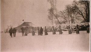 Солдаты у кипятильников вблизи палатки перевязочно-питательного пункта №7, организованного отрядом Красного Креста В.М.Пуришкевича.