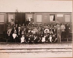 Группа медицинского и обслуживающего персонала поезда у вагона.