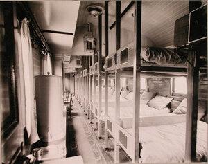 Внутренний вид вагона поезда, оборудованного для легкораненых.