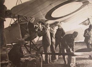 Техники отряда за ремонтом летательного аппарата в ангаре.