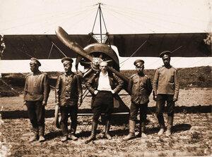Военный лётчик поручик Головатенко (в центре) и солдаты авиаотряда у летательного аппарата.