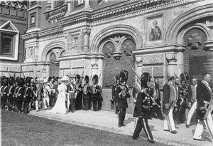 Император Николай II и императрица Александра Федоровна в сопровождении свиты и роты дворцовых гренадер участвуют в крестном ходе.