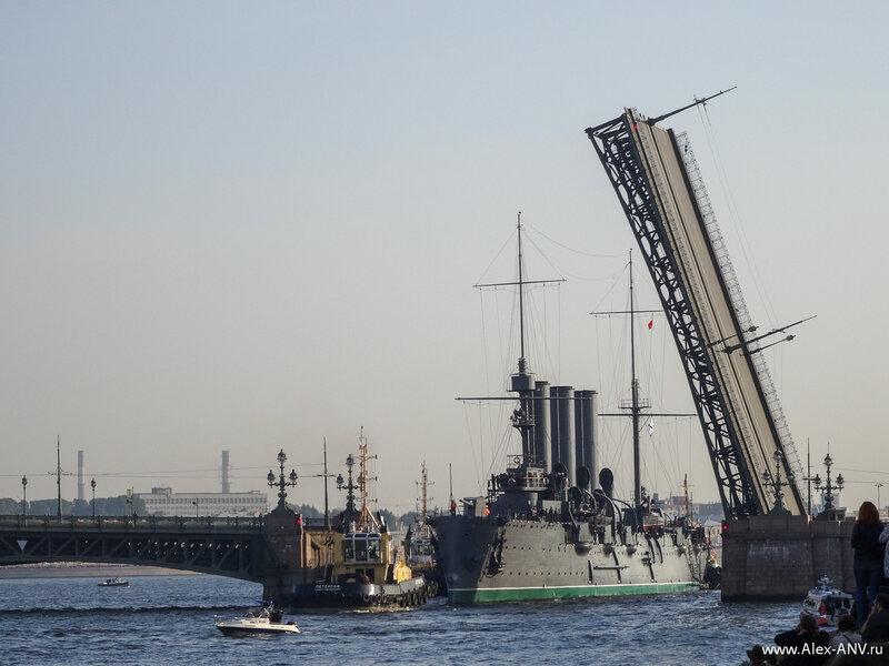 И вот Аврора проходит разведённый пролёт Троицкого моста.