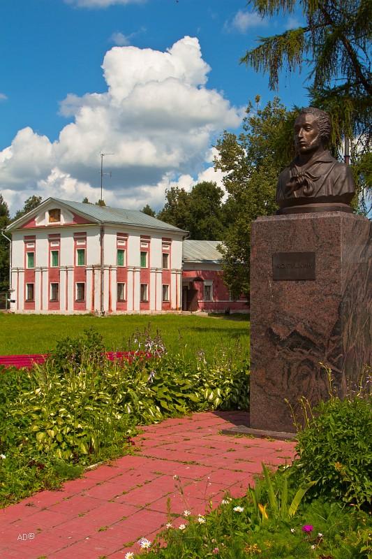 Памятник А.С.Пушкину в усадьбе Гончаровых, Ярополец
