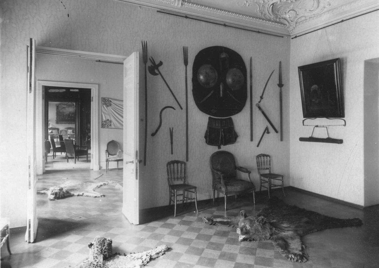 24. Часть кабинета со старинным оружием на стене