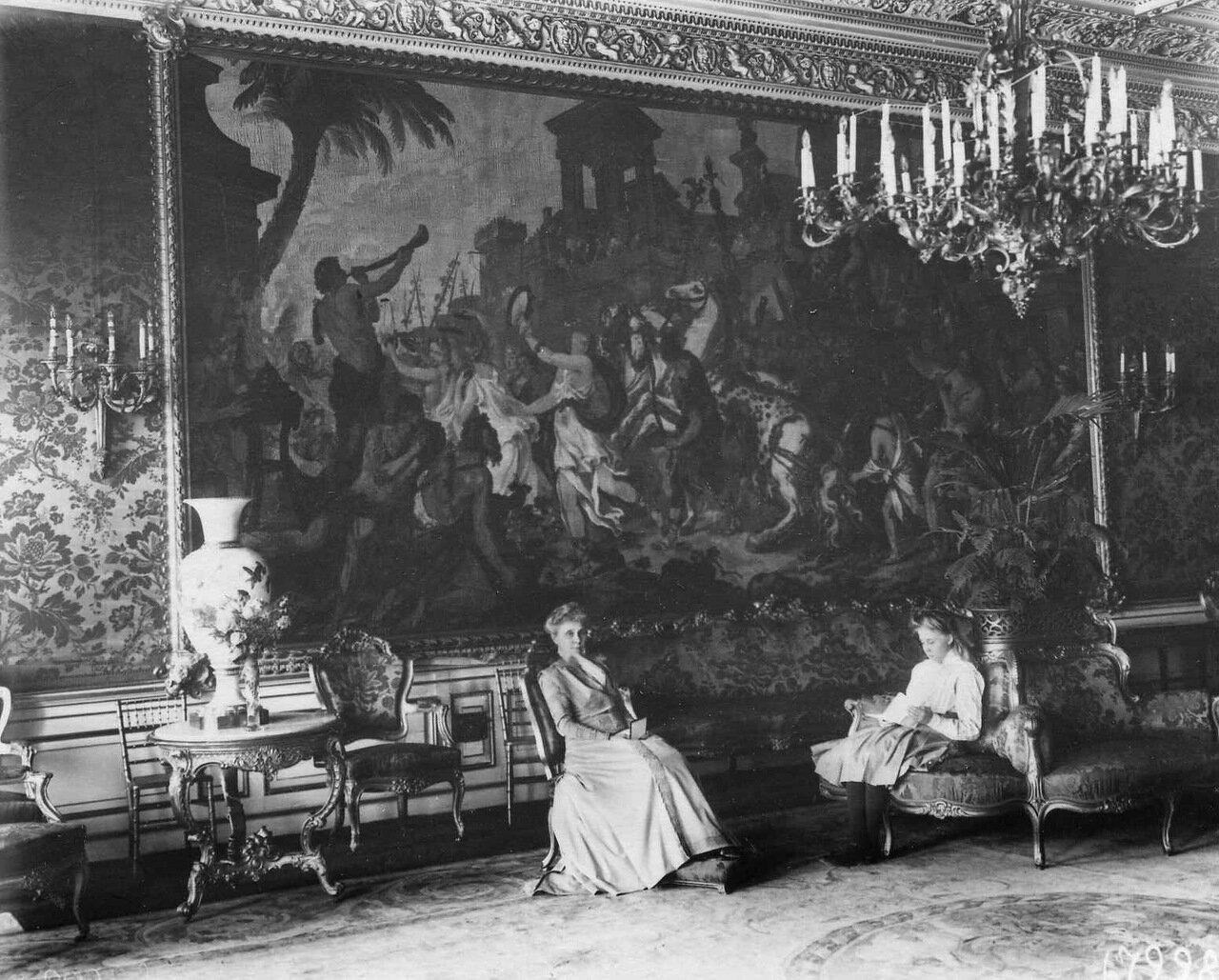 18. Жена французского посла Тушара в зале посольства.1909