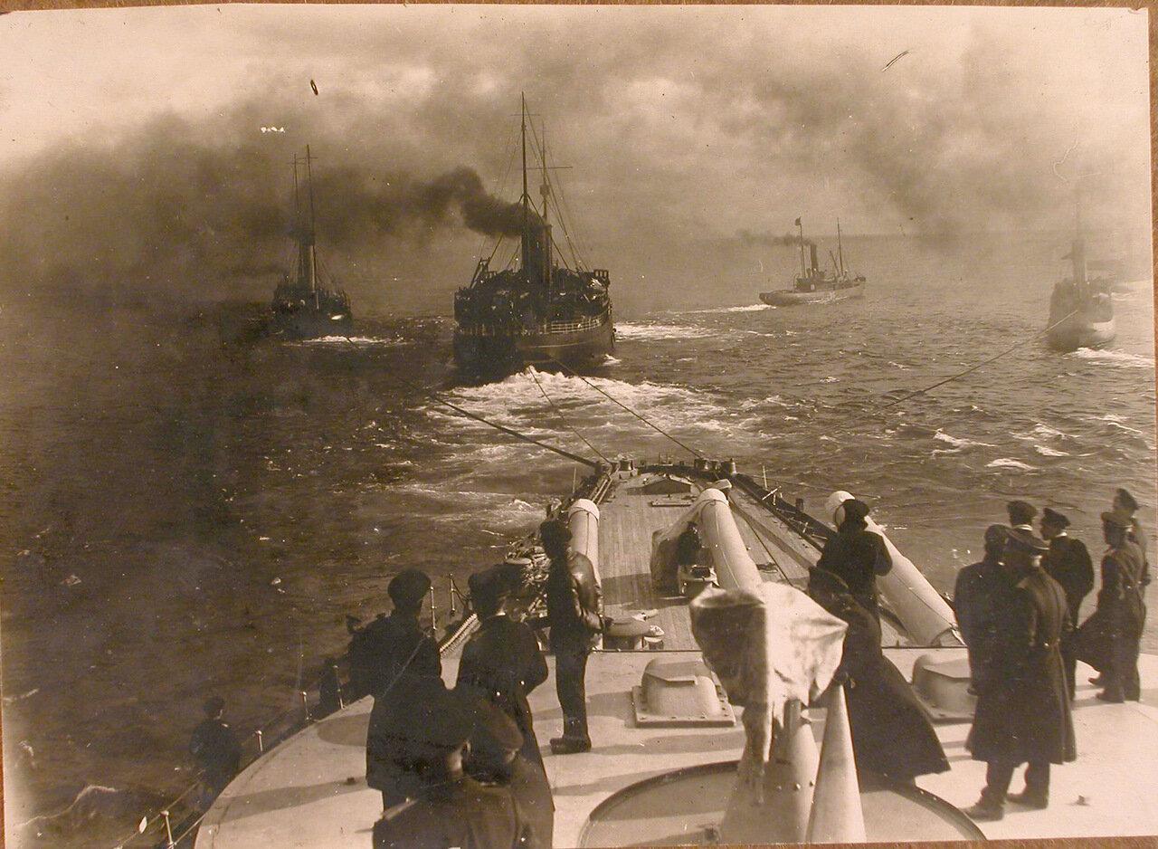 34. Группа офицеров на палубе буксируемого линейного корабля