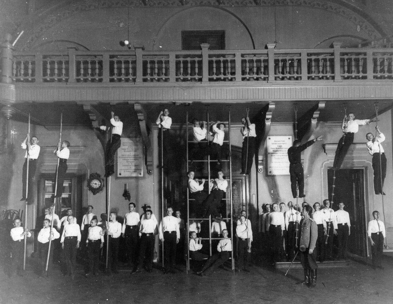 10. Воспитанники училища на занятиях по гимнастике. 1911