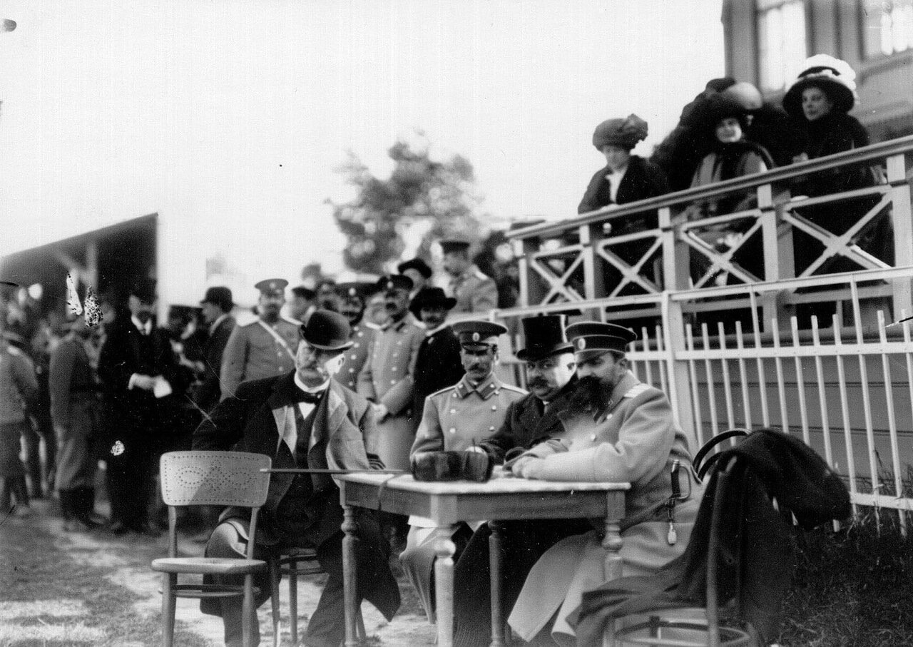 12. Члены жюри и зрители наблюдают за ходом состязаний