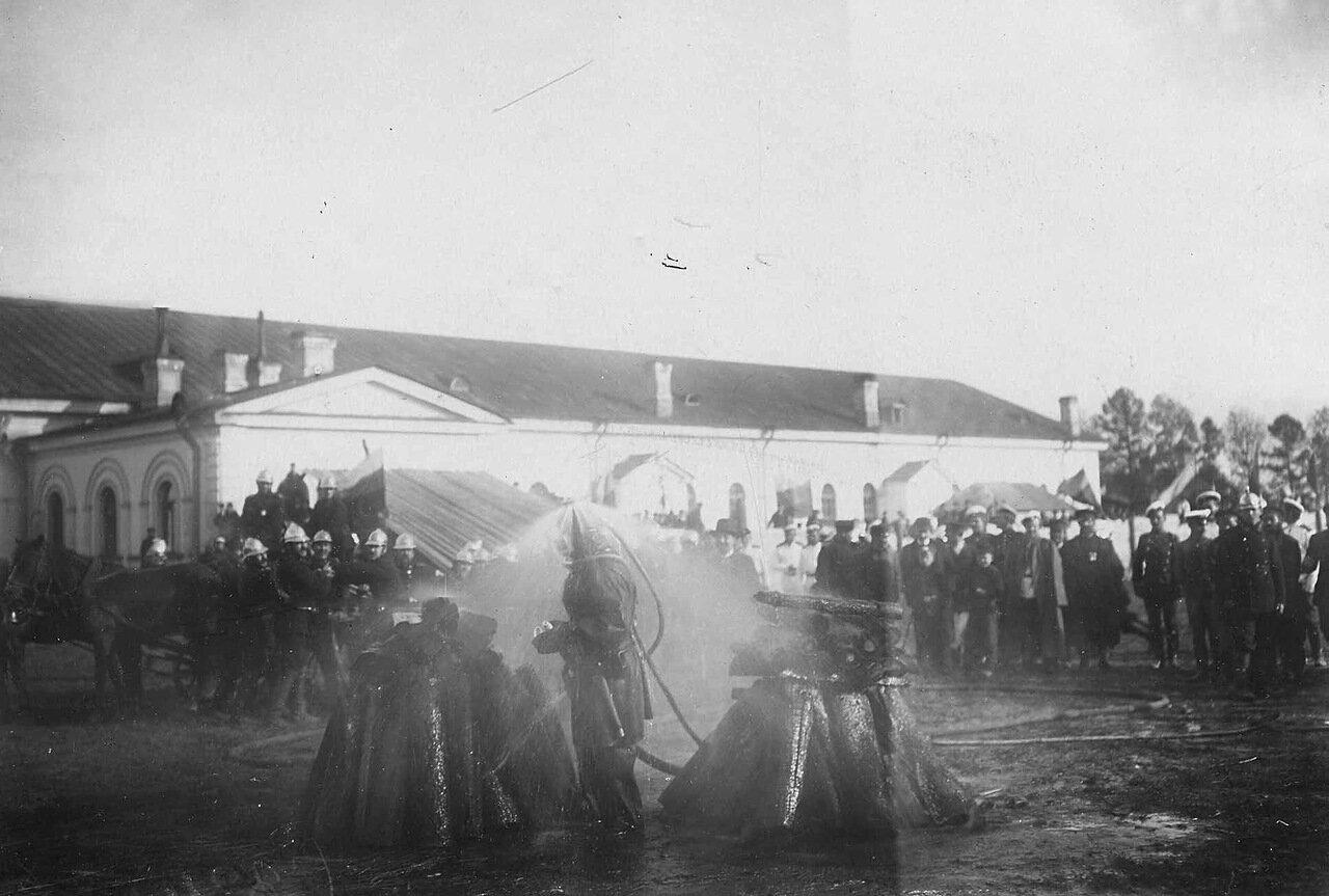 03. Пожарники тушат огонь во время опытов. 1903