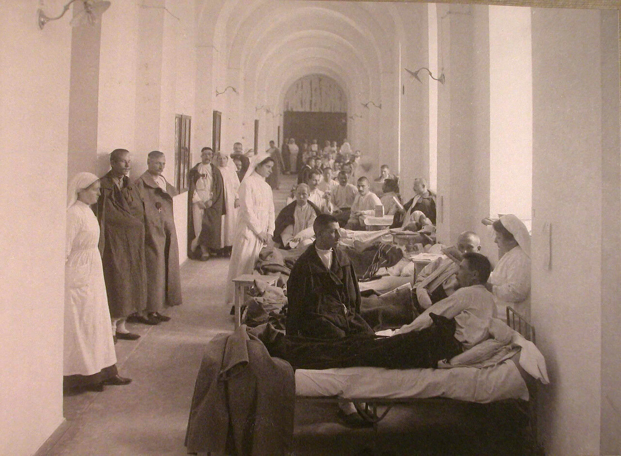 02. Сестры милосердия и раненые впалате лазарета,открытого при Императорском университете