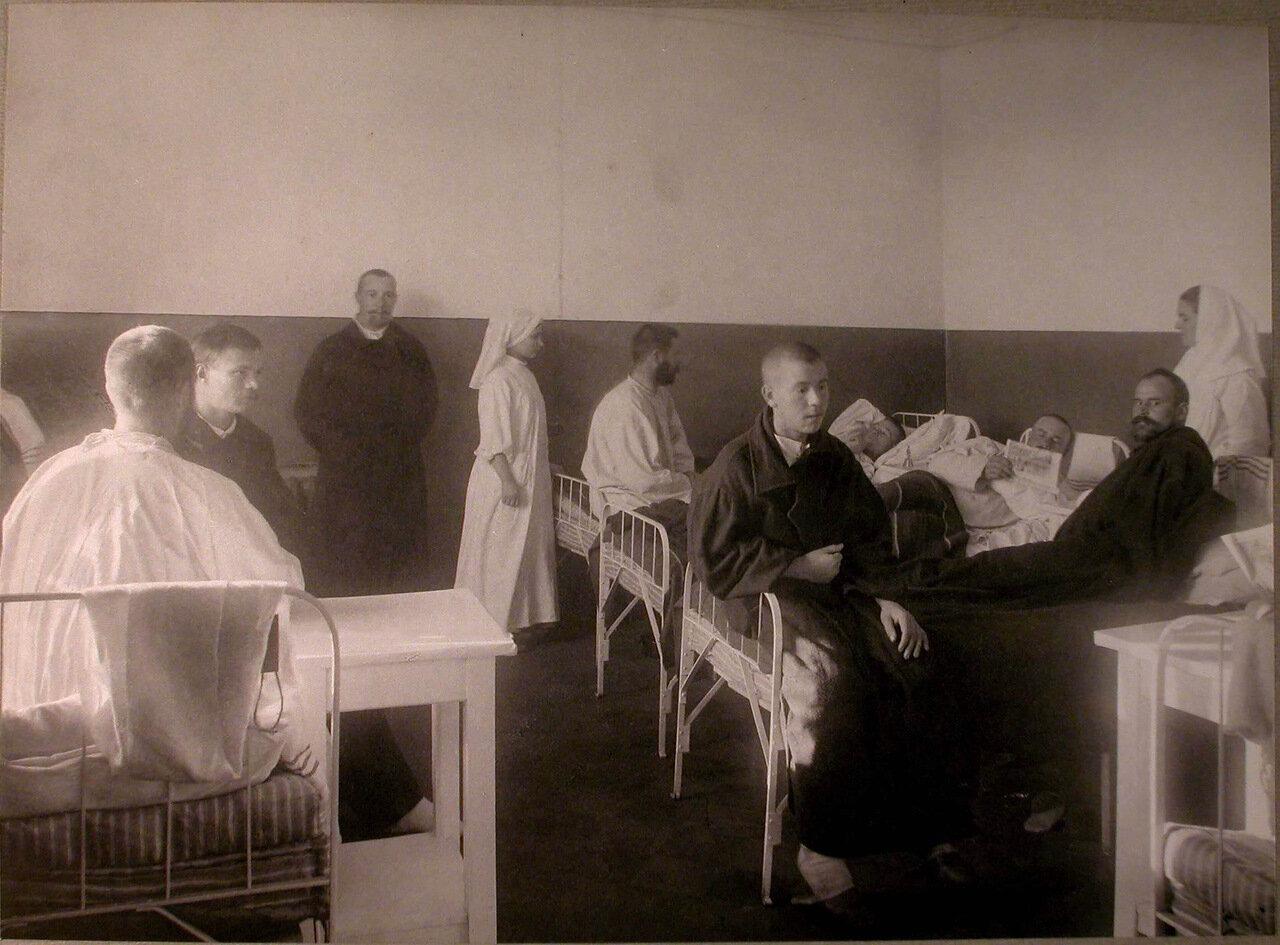 20. Раненые и сестры милосердия в палате лазарета Епархиального духовенства