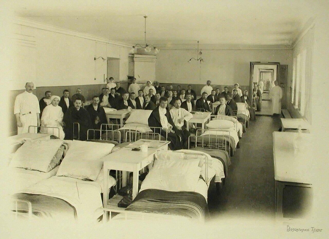 13. Вид одной из палат тылового госпиталя Всероссийского земского союза (в здании Духовной семинарии)