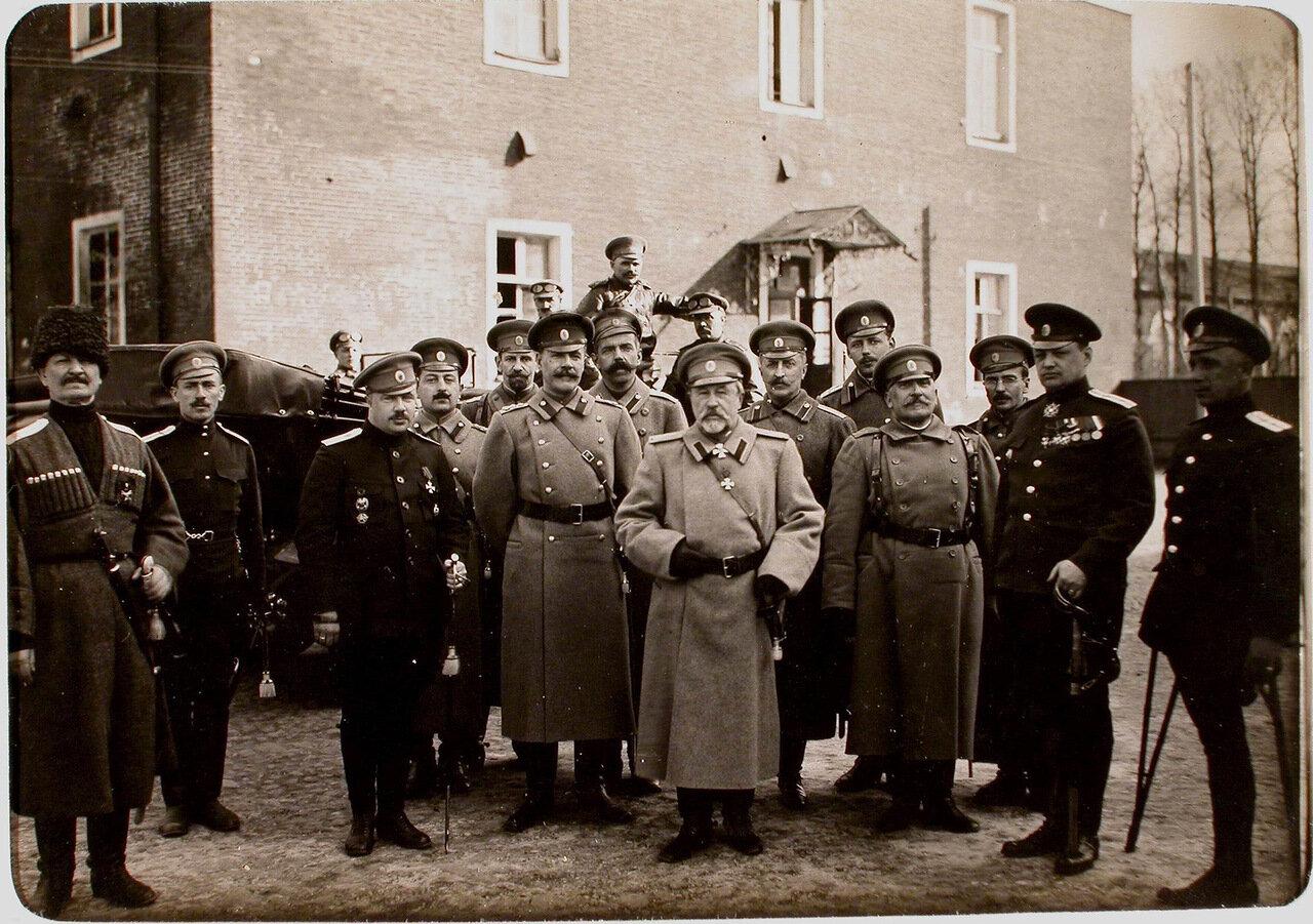47.Генерал А. Н. Куропаткин (в центре) в группе офицеров 7-ой авиароты во время инспектирования армии при формировании XII авиадивизиона.