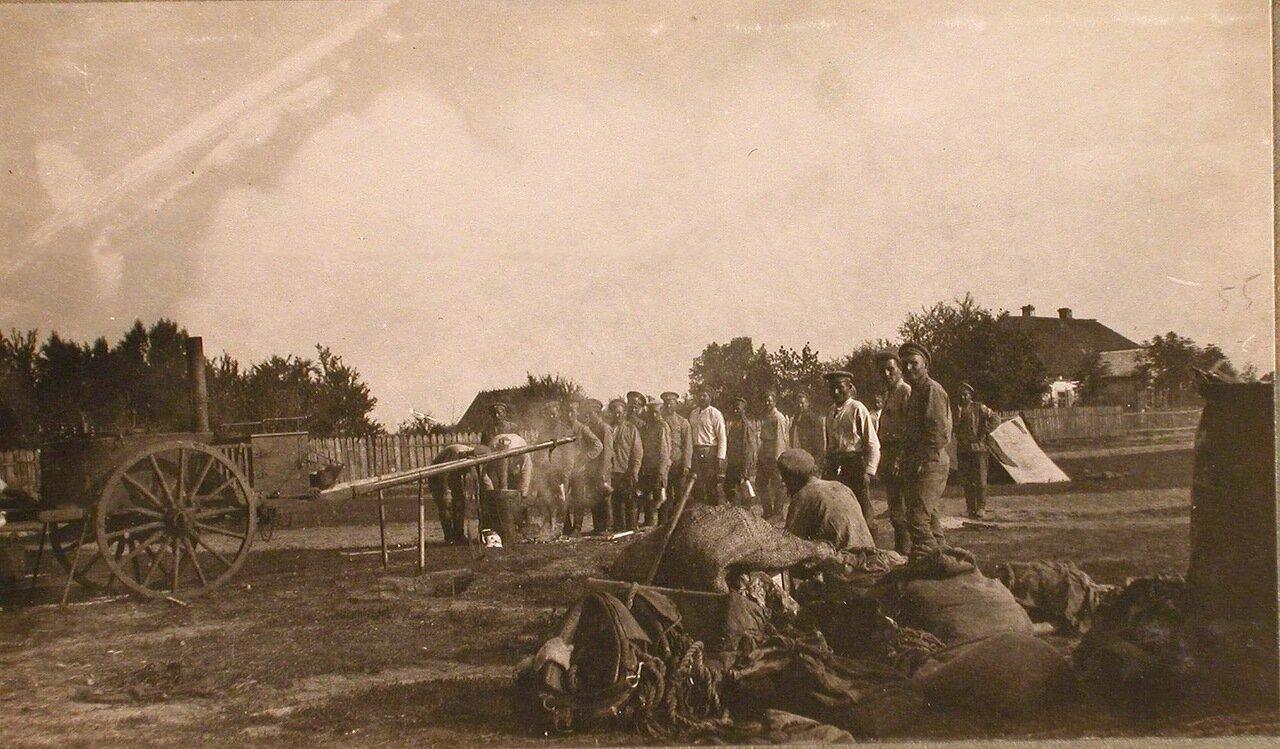 32. Группа нижних чинов у походной кухни в очереди за получением кипятка