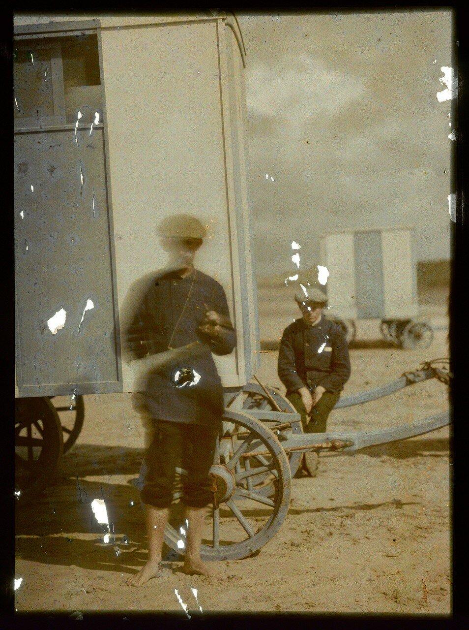 1907. Двое мужчин на пляже в Северном море