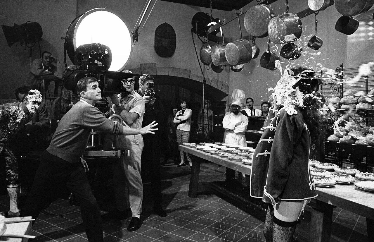 1964. Режиссер Блейк Эдвардс кидает кремовый торт в Натали Вуд на съемках «Больших гонок»