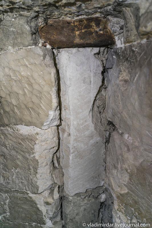 Следы ремонта лестницы, ведущей к сторожевому посту Храма Преображения