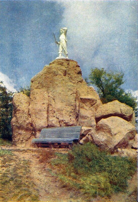16 Скульптура альпиниста в парке.jpg