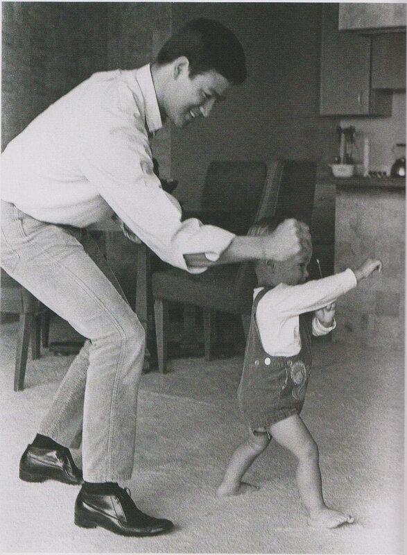 1095 Брюс Ли с сыном. 1966.jpg
