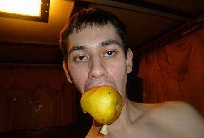 студент кушает яблоко
