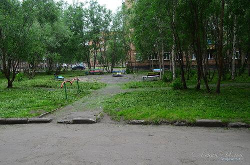 Фотография Инты №8094  Двор Воркутинской 6 (вид в сторону 10-го дома) 02.07.2015_17:17