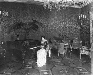 Итальянка у рояля в гостиной.