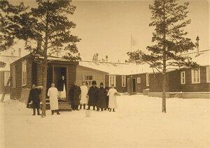 Медицинский персонал у здания, где находился рентгеновский кабинет старого лазарета