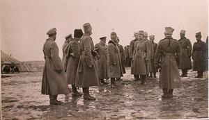 Начальник главного отряда Красного Креста В.М.Пуришкевич (в центре слева) во время передачи командиру полка 500 рублей для Георгиевских кавалеров.