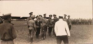 Группа солдат и офицеров авиаотряда во время церемонии вручения Георгиевских медалей.